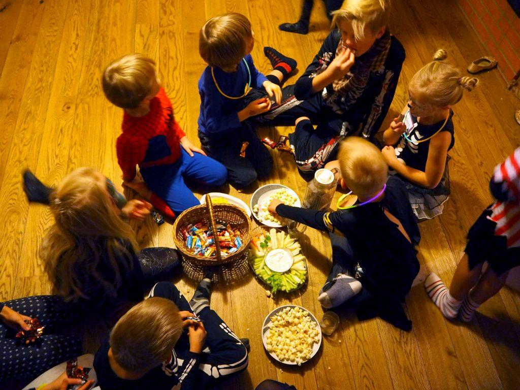 Lapsed jagavad kommisaaki